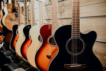 chitarra parete in legno colorato negozio di musica vetrina.giorno chitarra, giorno del musicista, il giorno un musicista di strada, musicista di strada, star, chitarrista