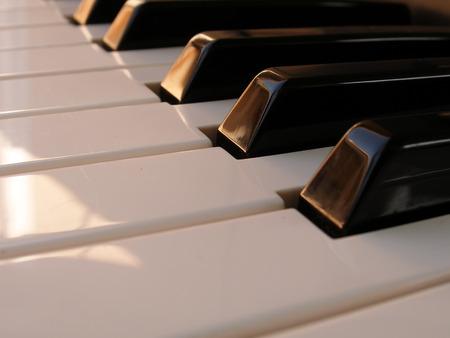 Close-up shot van zwart-wit piano toetsen Stockfoto