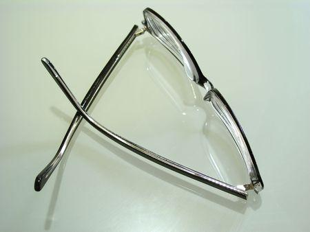 어두운 선글라스 안경의 총을 닫습니다.