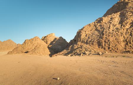 monte sinai: Mountain cliff in the desert at sunset Foto de archivo