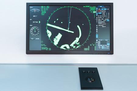 Panel de radar en un barco. Tablero de navegación marítima en un buque de transporte comercial.
