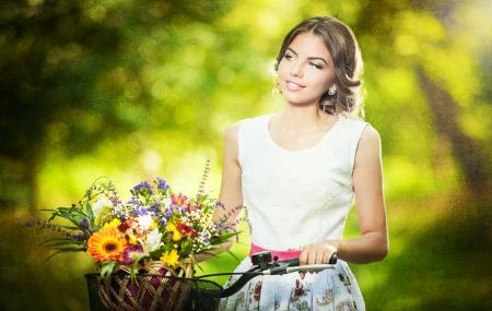 Schöne Mädchen Trägt Ein Schönes Weißes Kleid, Die Spaß Im Park Mit ...