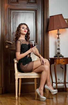 Красивая сексуальная молодая брюнетка в коротком платье