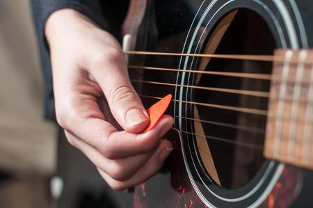 guitarra acustica: Mano femenina jugando guitar.guitar acústica play.Close de mano guitarrista tocando la guitarra acústica Foto de archivo