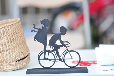 decorated bike: Miniatura con 2 bambini in bicicletta sul tavolo di nozze. Decorazione di cerimonia nuziale con piccola ragazza un ragazzo in bicicletta. Arredamento vintage. Idea Wedding decor.