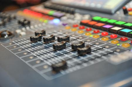 estudio de grabacion: mezclador de audio, equipo de música. Material de estudio de grabación, herramientas de difusión, mezclador, sintetizador. dept poca profundidad de campo para el fondo de la música
