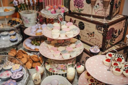 pasteleria francesa: Decoración de la boda con el pastel de colores cupcakes, merengues, magdalenas y macarons. Disposición evento elegante y lujoso con macarrones de colores. Postre de la boda con macarrones