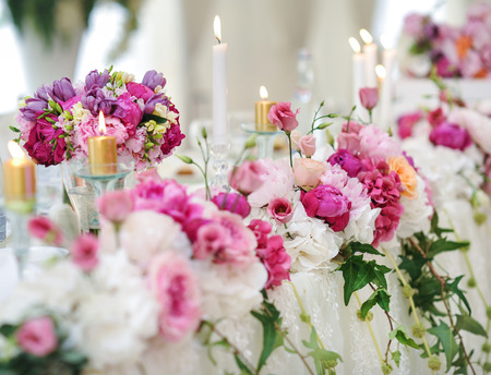 wedding table decor: Wedding decoration on table. Floral arrangements and decoration. Arrangement of pink and white flowers in restaurant for luxury wedding event Stock Photo