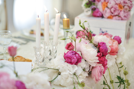 floral decoration: Wedding decoration on table. Floral arrangements and decoration. Arrangement of pink and white flowers in restaurant for luxury wedding event Stock Photo