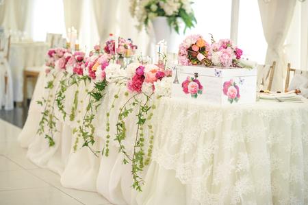 Wedding decoration on table. Floral arrangements and decoration. Arrangement of pink and white flowers in restaurant for luxury wedding event Standard-Bild