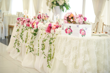natural setting: Wedding decoration on table. Floral arrangements and decoration. Arrangement of pink and white flowers in restaurant for luxury wedding event Stock Photo