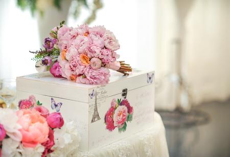 decoracion mesas: Decoraci�n de la boda en la mesa. Arreglos y decoraci�n floral. Arreglo de flores de color rosa y blanco en el restaurante para eventos de la boda de lujo