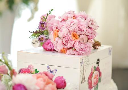 decoratie van het huwelijk op tafel. Bloemstukken en decoratie. Regeling van roze en witte bloemen in restaurant voor luxe bruiloft evenement Stockfoto