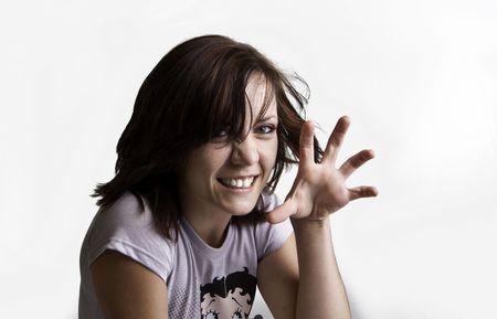 clawing: Bella giovane donna con t shirt giocosamente clawing che agisce come un gatto