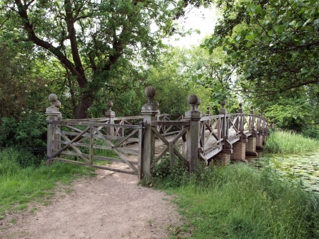 yorke: The Chinese bridge at the crossing point of two lakes in the grounds of Wimpole Hall. They were first started in 1697 and gradually extended until 1767 to the size and shape they are today. Stock Photo
