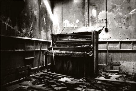 fortepian: czarno-biały obraz uszkodzony FORTEPIAN W opuszczonych BUDOWLANE