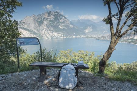 """poleas: """"Torbole"""", Italia, Lago de Garda, Aventura. Vista de los caminos con cuerdas y tablas de madera construidas en los árboles. Foto de archivo"""
