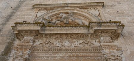 Melpignano. Greek city, view of the frieze on the doorway of the cathedral that represents St. George killing the dragon. 免版税图像