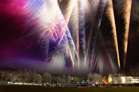 guy fawkes night: composito d'artificio a Bath. Una immagine composita di fuochi d'artificio di essere lasciato fuori per festeggiare la notte di Guy Fawkes a Bath, Inghilterra, Regno Unito