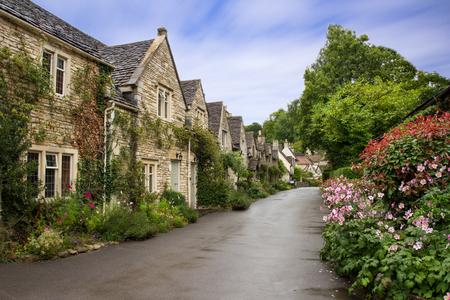 Hermosa vista de verano de la calle en Castle Combe, Wiltshire, Reino Unido Editorial