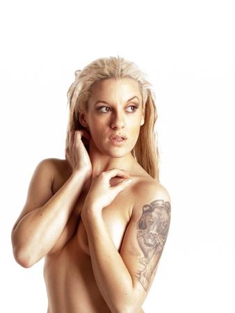 tatouage sexy: Belle fille avec des dreadlocks blondes urbain. Panth�re noire de tatouage Banque d'images
