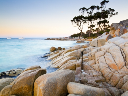 El extremo rocoso de la playa de la bahía de Tasmania Australia Binalong Foto de archivo
