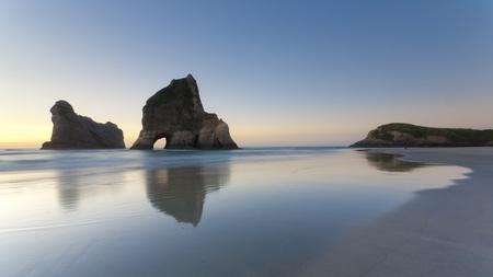 sandy: Rizado de arena y formaciones rocosas en el Wharariki Beach, Nelson, Isla Norte, Nueva Zelanda Foto de archivo