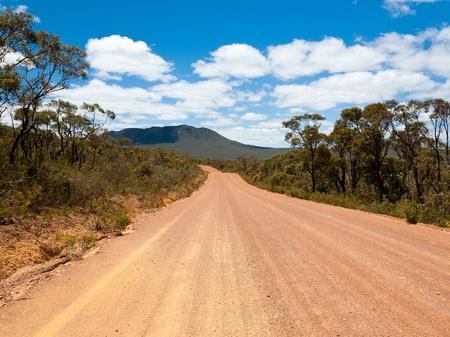 Strada sterrata rosso attraverso Stirling Range National Park, Western Australia