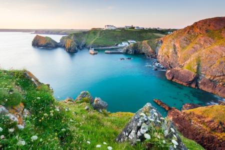 overlooking: Puesta de sol con vistas Mullion Cove Cornwall Inglaterra Reino Unido