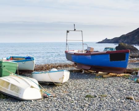 beach shingle: Barche sulla spiaggia di ghiaia a Porthallow Cornovaglia Inghilterra Regno Unito Archivio Fotografico