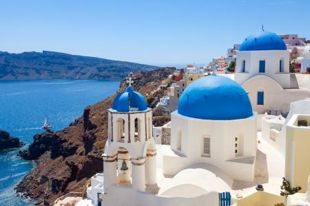 青いドーム教会にギリシャのサントリーニ島のイアでカルデラ。