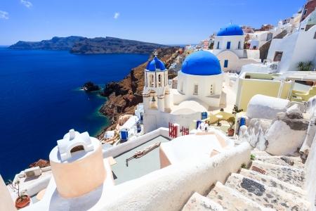 ギリシャのサントリーニ島のオイアでカルデラの青いドーム教会。 写真素材
