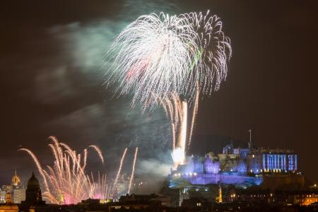 エディンバラ城、スコットランド英国ヨーロッパ以上の壮大な大みそか (大晦日) 花火