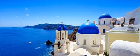 青のパノラマ撮影イア、サントリーニ島ギリシャ ヨーロッパ教会のドーム 写真素材
