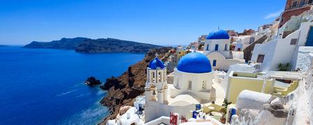 Panorama skott av blå kupoler kyrkan i Oia Santorini Grekland Europa