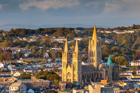 トゥルーロ コー ンウォール、イギリス イギリスの大聖堂と街のスカイラインを見下ろす
