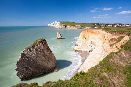ワイト島のイングランド イギリス ヨーロッパの淡水湾で劇的な白亜の崖