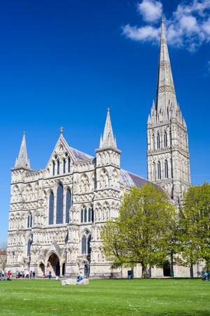All'inizio di stile gotico inglese Cattedrale di Salisbury con la guglia talest nel paese. Wiltshire Inghilterra Regno Unito Europa Archivio Fotografico - 28800118