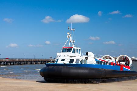 aéroglisseur: Le Ryde Portsmouth Hovercraft à Ryde sur l'île de Wight en Angleterre au Royaume-Uni en Europe