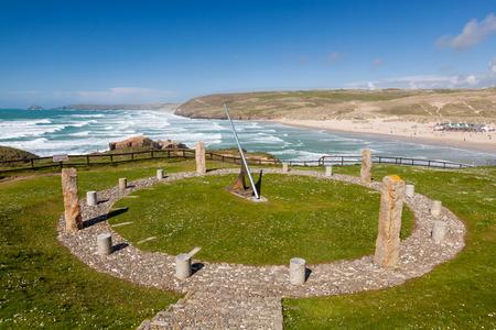 cadran solaire: Perranporth publique Cadran solaire constucted dans le cadre des c�l�brations du mill�naire. Cornwall Royaume-Uni