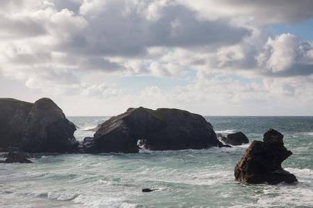 mares: Mares agitados con vistas Porthcothan Bay, cerca de Newquay Cornwall Inglaterra Reino Unido Europa