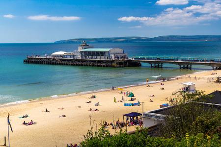 overlooking: Con vistas a la playa de Bournemouth y Muelle Dorset Inglaterra Reino Unido Europa Foto de archivo