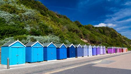 ボーンマス イギリス イギリス ヨーロッパの南の海岸上にカラフルな木製ビーチ小屋