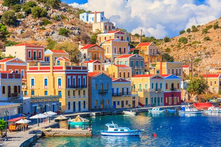 항구는 그리스 유럽에서에서 Symi 그리스 섬에 아름다운 여름 하루 스톡 콘텐츠