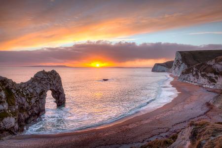 Durdle 문 일몰 Dorset 영국 영국 유럽에서 Lulworth 근처 쥬 라 기 해안에 자연 석회암 아치