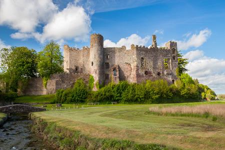castillo medieval: Estuario del río TAF con el castillo de Laugharne en el fondo Carmarthenshire, Gales Reino Unido Europa