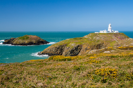 cymru: Strumble Head and the 1908 Lighthouse on the Pembrokeshire coast of Wales UK Europe Stock Photo