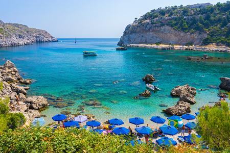 Met uitzicht op het prachtige strand van Anthony Quinn Bay Rhodos Griekenland Europa