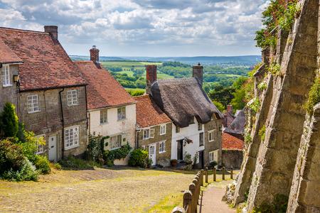 金の丘、Shaftestbury ドーセット イングランド英国ヨーロッパある石畳の通りの美しいコテージの有名なビュー