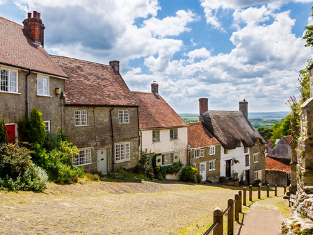 cottage: Famous view of Picturesque cottages on cobbled street at Gold Hill, Shaftestbury  Dorset England UK Europe